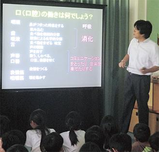 授業を受ける児童(中尾小提供)