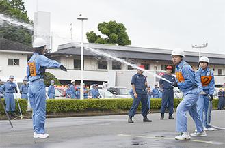 放水する自衛消防隊