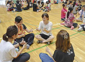 手遊びを実践する教論ら