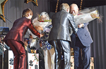 坂本夫妻から花束を贈呈