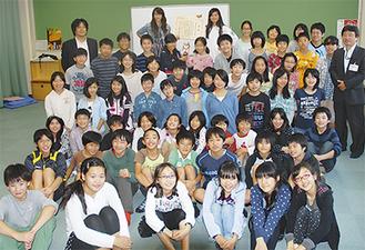 受賞を喜ぶ6年生と高橋校長(右)、江口さん(左後ろ)