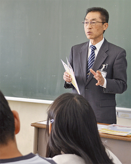 授業する小笠原会長