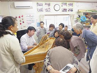 金子さんの演奏を間近で聴く参加者