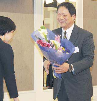 花束を受け取る金沢前監督