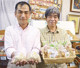 大豆サブレの材料提供した青木店長(左)と製造した山崎店長