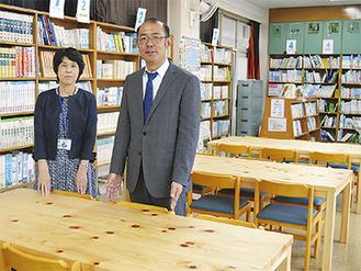 関口社長(右)と福岡校長(同校図書室で)