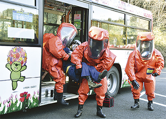 負傷者のマネキンを救出する消防隊