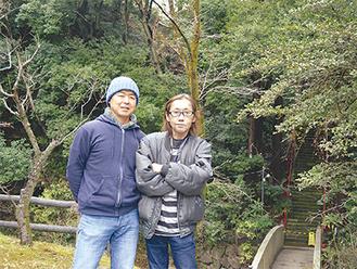 金子さん(左)と中村さん(鎮守の森の前で)