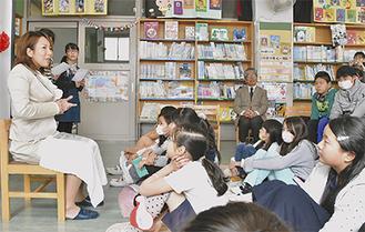 質問に答える川崎さん(左)