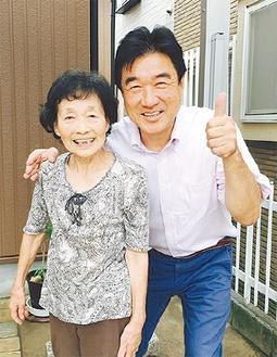 笑顔で写真に写る、依頼者と山崎代表(右)