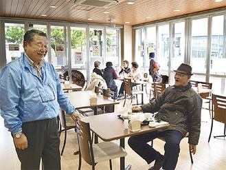 利用者と談笑する林理事長(写真左)
