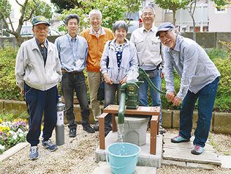 完成した井戸とボランティアメンバーら