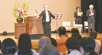 「民生委員の歌」合唱を指揮する峰松会長