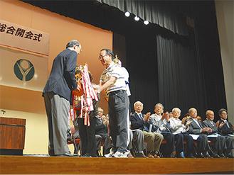 トロフィーを返還する昨年総合優勝の旭北地区