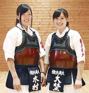 横浜商大高・木村さん(左)と大埜さん