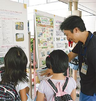展示を見て道の日クイズの答えを探す子どもたち