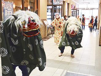 館内を練り歩く獅子舞とお囃子