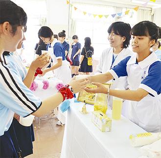 レモネードを渡す看護科の生徒