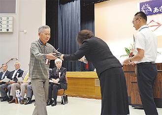 池戸区長から表彰される受賞者
