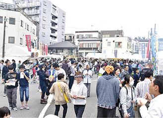 模擬店がずらりと並ぶ鶴ヶ峰商店街駐車場(昨年)