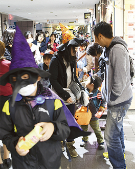 昨年も盛り上がった仮装パレード