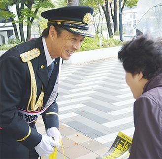 制服姿で注意を呼び掛ける黒田さん(左)