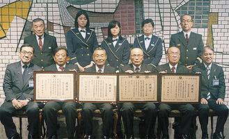 内田団長(前列右から3番目)と川原副分団長(後列右から2番目)