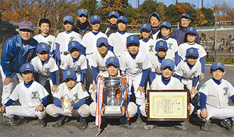 優勝を果たしたチームのメンバーとコーチ陣