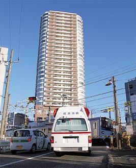 踏切の遮断で通行が妨げられる救急車(鶴ヶ峰2号踏切)