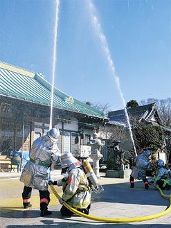 消防隊による一斉放水