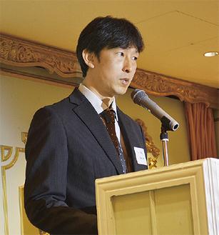 会の冒頭であいさつする藤本会長