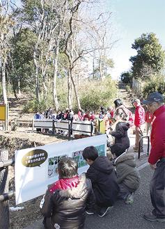 市民の森の入り口にポスターを張る児童ら
