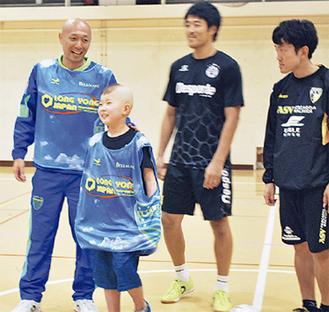 参加者と談笑する久光さん(左)