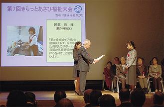 受賞者は池田会長から一人ひとり賞状を授与された
