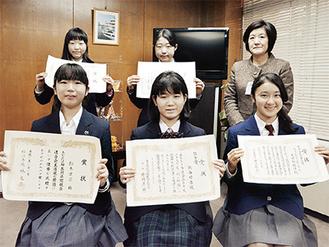 池戸区長(後列右)と表敬訪問した入賞者たち