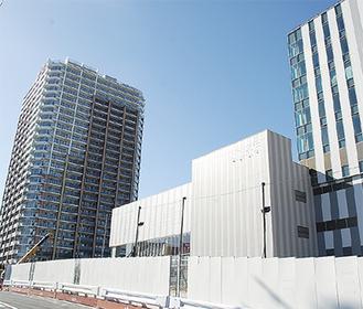 工事中の商業棟(中央)とマンション(左)・オフィス棟