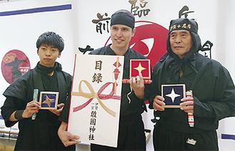 入賞者と並ぶ野口君(左・提供写真)
