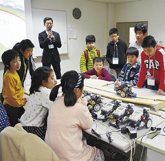 ロボットの動きを確認する児童たち
