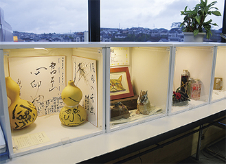 4つの箱に作品が展示されている