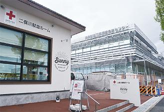 新たに開業した免許センター(右)と献血ルーム