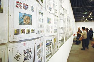 切手愛好家など多くの人が会場を訪れた