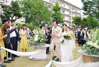 手作りの会場で祝福される坂田さん夫妻