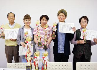 トロフィーや賞状を手にする受賞者たち