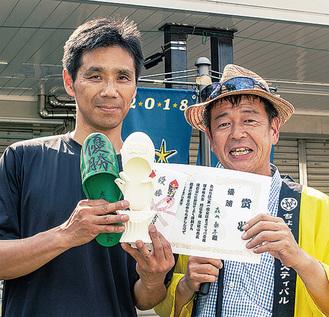 優勝した森山さん(左)と工藤圭亮実行委員長