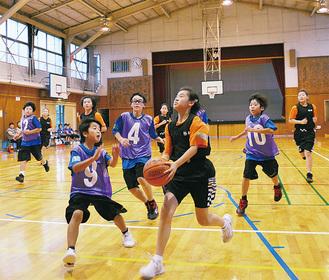 攻め込む上海チーム(黒)の児童ら