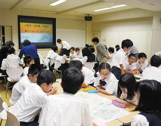 地図を見ながら話し合う生徒たち