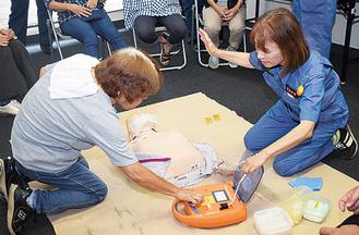 専用AEDで訓練する参加者