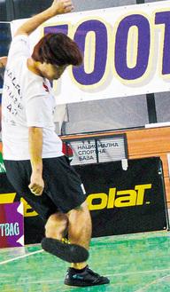 世界大会の一部門で、決勝に挑む石田さん。左足で蹴っているのがバッグ=本人提供