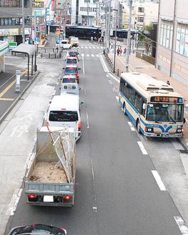朝夕に慢性的な渋滞が発生する、鶴ヶ峰2号踏切