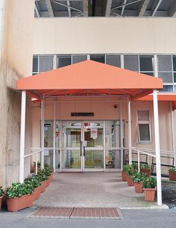 高架下に位置する同館